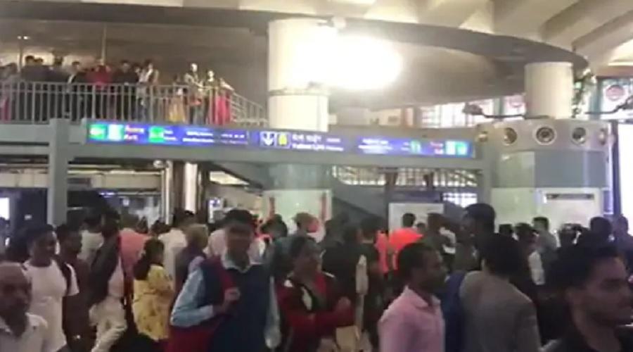"""દિલ્હીના રાજીવ ચોક મેટ્રો સ્ટેશન પર લાગ્યા """"દેશ કે ગદ્દારોં કો ગોલી મારો""""ના નારા"""