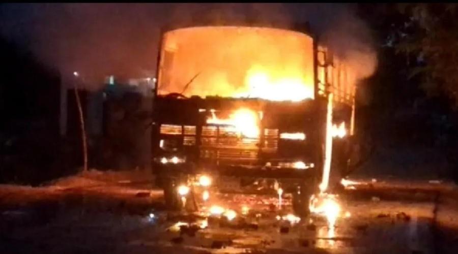 યુપી પંચાયત ચૂંટણી: ગોરખપુરમાં હેરાફેરીનો આરોપ, ટોળાએ પોલીસ ચોકી, ગાડીઓને ચાંપી આગ